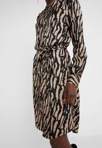Bruuns Bazaar - ZEBRA TREE AYAN DRESS - Skjortekjole - black/desert sand - 5