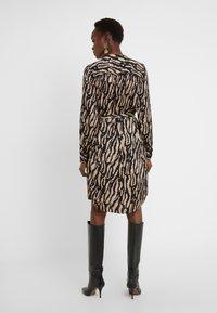 Bruuns Bazaar - ZEBRA TREE AYAN DRESS - Skjortekjole - black/desert sand - 2