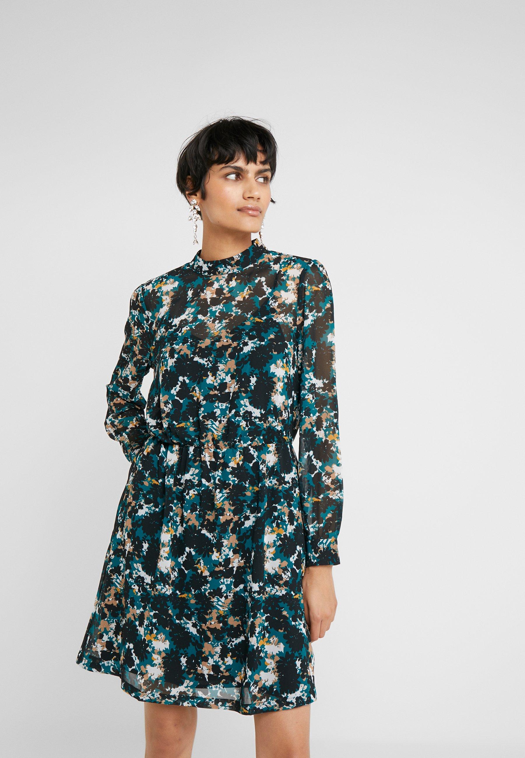Bruuns Bazaar Robe d'été - vert black/deep green artwork