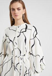 Bruuns Bazaar - BONNE ABSTRACT DRESS - Vestito estivo - snow white - 4
