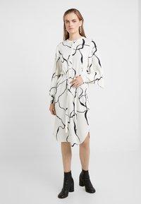 Bruuns Bazaar - BONNE ABSTRACT DRESS - Vestito estivo - snow white - 0