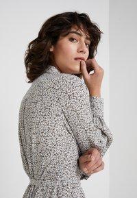 Bruuns Bazaar - FLEUR GARDENIA DRESS - Košilové šaty - artwork - 4