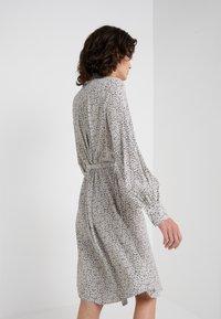 Bruuns Bazaar - FLEUR GARDENIA DRESS - Košilové šaty - artwork - 3
