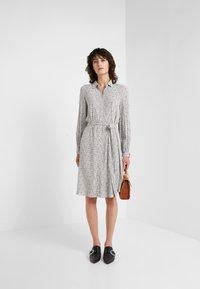 Bruuns Bazaar - FLEUR GARDENIA DRESS - Košilové šaty - artwork - 1