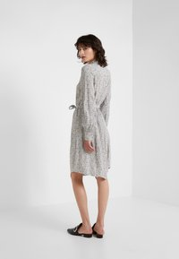 Bruuns Bazaar - FLEUR GARDENIA DRESS - Košilové šaty - artwork - 2