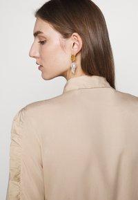 Bruuns Bazaar - LAERA DEEP DRESS - Košilové šaty - sand - 6