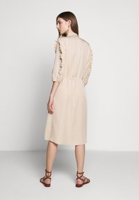 Bruuns Bazaar - LAERA DEEP DRESS - Košilové šaty - sand - 2
