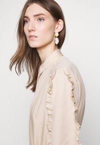 Bruuns Bazaar - LAERA DEEP DRESS - Košilové šaty - sand - 8