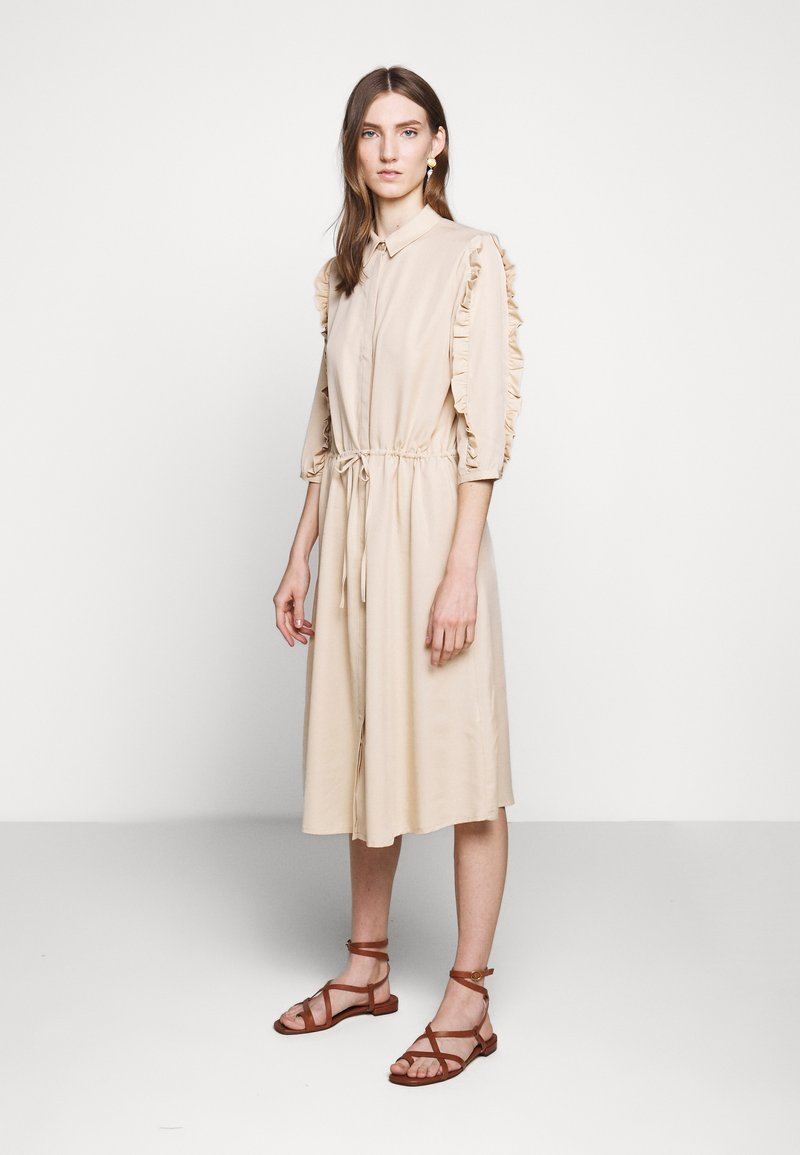 Bruuns Bazaar - LAERA DEEP DRESS - Košilové šaty - sand