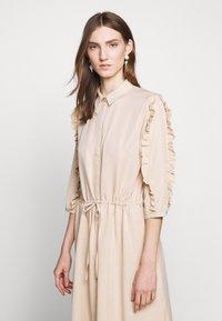 Bruuns Bazaar - LAERA DEEP DRESS - Košilové šaty - sand - 3