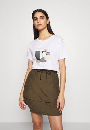 SHADOW KALLY TEE - T-shirt z nadrukiem - white