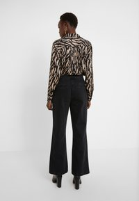 Bruuns Bazaar - ALLESIA MENELLE PANT - Flared Jeans - black - 2