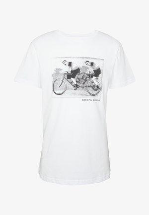 LEON SYLVESTER TEE - T-shirt z nadrukiem - white
