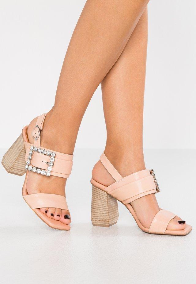 Korolliset sandaalit - imperial nude