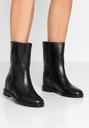 Kotníkové boty na klínu - nero