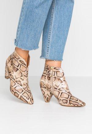 Kotníková obuv - patos canapa