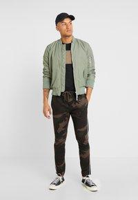 Brave Soul - CUBAN - Spodnie treningowe - khaki camo - 1