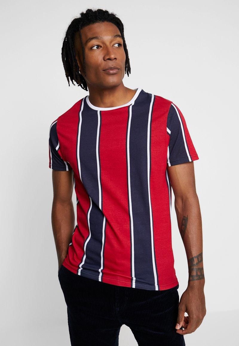 Brave Soul - T-shirt print - navy/optic white/red