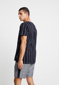 Brave Soul - STOBART - Print T-shirt - rich navy/optic white - 2