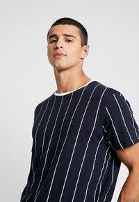 Brave Soul - STOBART - Print T-shirt - rich navy/optic white - 4