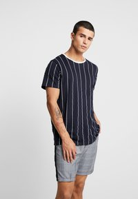 Brave Soul - STOBART - Print T-shirt - rich navy/optic white - 0