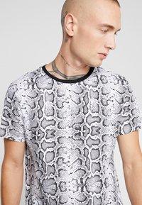 Brave Soul - POISON - T-shirt print - black/white - 4