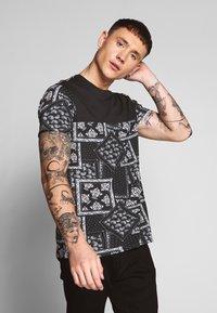 Brave Soul - ESELLATE - T-shirt print - black/white - 0