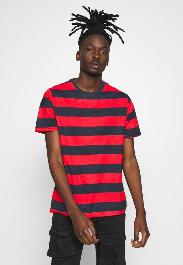 LUMMING - T-Shirt print - navy/ red