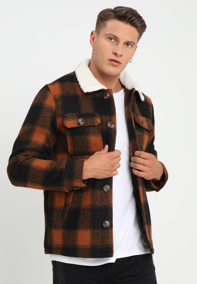 AUGUSTUS - Lett jakke - brown/orange