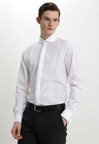 Bruun & Stengade - BOND SLIM FIT - Zakelijk overhemd - white - 0