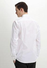 Bruun & Stengade - BOND SLIM FIT - Zakelijk overhemd - white - 2