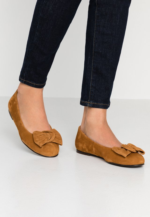 WIDE FIT CARLA - Ballerines - cognac