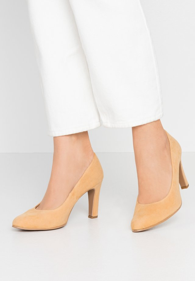 WIDE FIT BIBI - Klassiska pumps - avoine