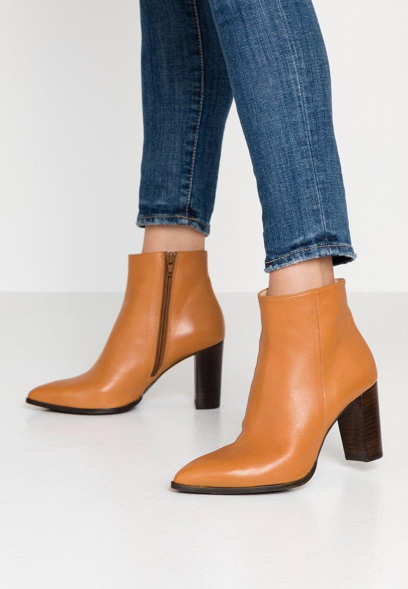 Brenda Zaro Wide Fit - WIDE FIT DIANBO - Ankle Boot - cognac