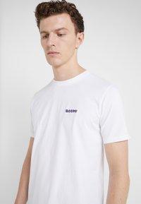 Bricktown - SMALL BOOM - T-Shirt print - white - 4
