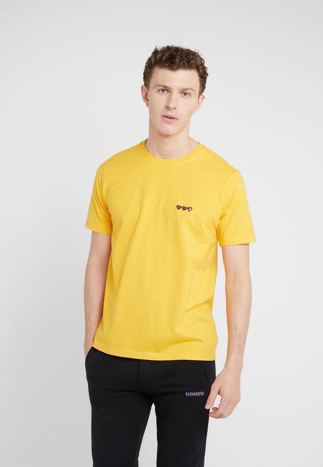 SMALL LIFE BAR - T-shirts - mustard