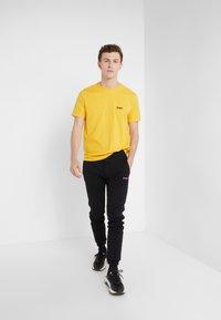 Bricktown - SMALL LIFE BAR - T-shirts - mustard - 1