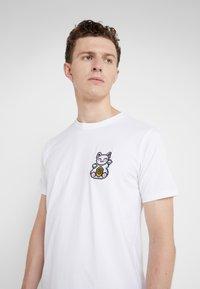 Bricktown - SMALL LUCKY CAT - T-Shirt print - white - 4