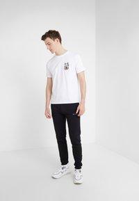 Bricktown - SMALL LUCKY CAT - T-Shirt print - white - 1