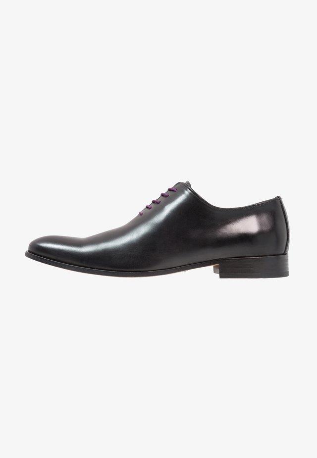 Elegantní šněrovací boty - insis noir