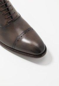 Brett & Sons - Elegantní šněrovací boty - natur nut - 5