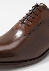 Brett & Sons - Elegantní šněrovací boty - cognac/tan - 5