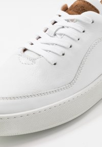 Brett & Sons - Trainers - white/cognac - 5