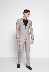 Ben Sherman Tailoring - PUPPYTOOTH SUIT - Suit - mustard - 0