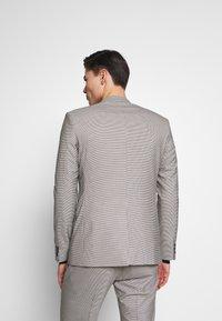 Ben Sherman Tailoring - PUPPYTOOTH SUIT - Suit - mustard - 5