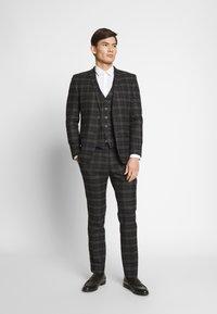 Ben Sherman Tailoring - BRUSHED WAISTCOAT - Väst - black - 1