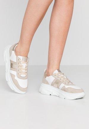NAVA - Sneakers - sand/white
