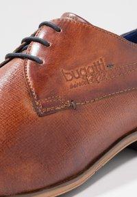 Bugatti - Veterschoenen - cognac - 5