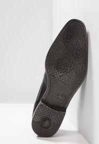 Bugatti - MORINO - Elegantní šněrovací boty - black - 4