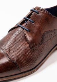 Bugatti - MORINO - Elegantní šněrovací boty - brown - 5